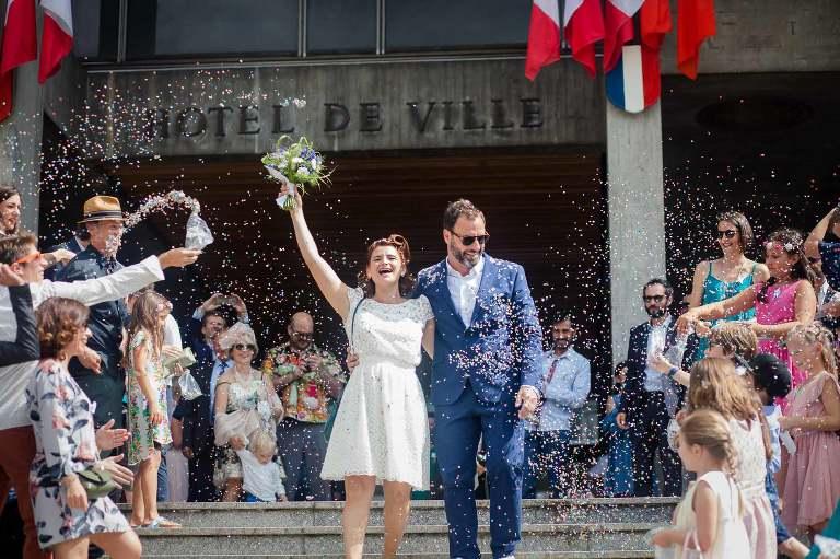 couple de mariés qui sortent de la mairie de grenoble sous les confettis